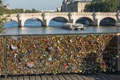 Παρίσι, Γαλλία - Pont des Arts Λουκέτα αγάπης στη γέφυρα Στοκ φωτογραφίες με δικαίωμα ελεύθερης χρήσης