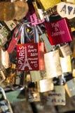 Παρίσι, Γαλλία - Pont des Arts Λουκέτα αγάπης στη γέφυρα Στοκ Φωτογραφίες