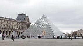 Παρίσι - 2018: Οι τουρίστες περπατούν μπροστά από το Λούβρο στο Παρίσι, Γαλλία φιλμ μικρού μήκους