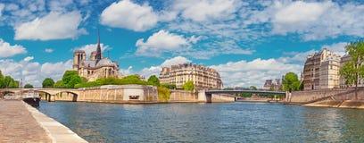 Παρίσι, πανόραμα του καθεδρικού ναού της Notre-Dame πέρα από τον ποταμό Σηκουάνας Στοκ εικόνα με δικαίωμα ελεύθερης χρήσης