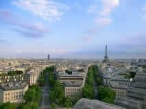 Παρίσι που βλέπει από το τόξο de Triomphe στοκ εικόνες