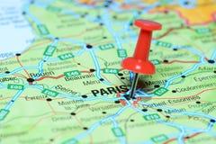 Παρίσι που καρφώνεται σε έναν χάρτη της Ευρώπης Στοκ Εικόνες