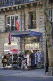 Παρίσι, στις 15 Αυγούστου - περίπτερο αναμνηστικών στο Παρίσι Στοκ Εικόνες