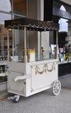 Παρίσι, στις 18 Αυγούστου - στάβλος παγωτού στη βιομηχανία ζαχαρωδών προϊόντων της Angelina στο Παρίσι Στοκ εικόνα με δικαίωμα ελεύθερης χρήσης