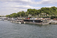 Παρίσι, στις 18 Ιουλίου: Βάρκες στον ποταμό του Σηκουάνα από το Παρίσι στη Γαλλία Στοκ εικόνα με δικαίωμα ελεύθερης χρήσης