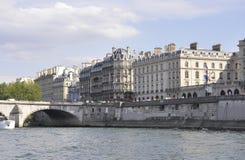 Παρίσι, στις 18 Ιουλίου: Ιστορικά κτήρια από την τράπεζα του Σηκουάνα από το Παρίσι στη Γαλλία Στοκ Εικόνες