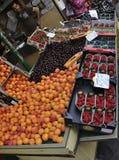 Παρίσι, στις 17 Ιουλίου: Κατάστημα φρούτων σε Montmartre στο Παρίσι Στοκ εικόνα με δικαίωμα ελεύθερης χρήσης