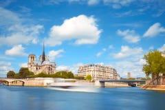 Παρίσι την άνοιξη Τουριστική βάρκα στον ποταμό δίπλα Ile de Λα Γ Στοκ εικόνα με δικαίωμα ελεύθερης χρήσης