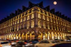 Παρίσι τη νύχτα και η διάσημη λεωφόρος Rivoli του στοκ φωτογραφίες με δικαίωμα ελεύθερης χρήσης