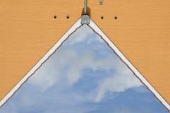Παραίσθηση: καλυμμένος ουρανός ως αέτωμα σπιτιών Στοκ Εικόνες