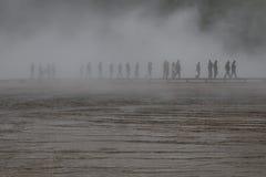 Παραγνωρισμένοι άνθρωποι που περπατούν γύρω από τη μεγάλη Prismatic άνοιξη Στοκ εικόνα με δικαίωμα ελεύθερης χρήσης