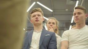 Παραγνωρισμένος βέβαιος επιχειρηματίας που παρουσιάζει το νέο πρόγραμμα στους συνεργάτες με το διάγραμμα κτυπήματος r απόθεμα βίντεο