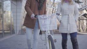 Παραγνωρισμένο νέο ζεύγος που περπατά με ένα ποδήλατο υπαίθρια Ανακύκλωση στον καλό ηλιόλουστο καιρό φιλμ μικρού μήκους