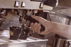 Παραγωγή δύο φλυτζανιών του espresso σε μια μηχανή στοκ φωτογραφία
