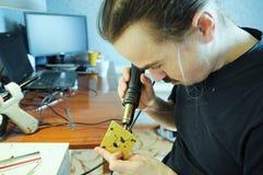 Παραγωγή ειδωλίων νεαρός άνδρας που η χειροποίητη μέλισσα παιχνιδιών από την πλαστική κόλλα, χόμπι χειροτεχνίας διακοσμήσεων σπιτ στοκ εικόνες με δικαίωμα ελεύθερης χρήσης