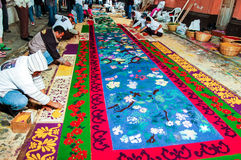 Παραγωγή ενός ιερού πομπικού τάπητα εβδομάδας, Αντίγκουα, Γουατεμάλα στοκ εικόνες