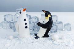 Παραγωγή ενός χιονιού penguin Στοκ Εικόνες