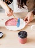 Παραγωγή εργαστηρίων της κεραμικής ζωγραφικής προϊόντων επιτραπέζιου σκεύους Στοκ Φωτογραφίες