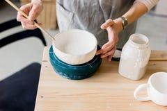 Παραγωγή εργαστηρίων της κεραμικής ζωγραφικής προϊόντων επιτραπέζιου σκεύους Στοκ Εικόνες