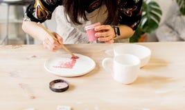 Παραγωγή εργαστηρίων της κεραμικής ζωγραφικής προϊόντων επιτραπέζιου σκεύους Στοκ Φωτογραφία