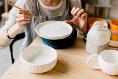 Παραγωγή εργαστηρίων της κεραμικής ζωγραφικής προϊόντων επιτραπέζιου σκεύους Στοκ εικόνες με δικαίωμα ελεύθερης χρήσης