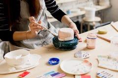 Παραγωγή εργαστηρίων της κεραμικής ζωγραφικής προϊόντων επιτραπέζιου σκεύους Στοκ φωτογραφία με δικαίωμα ελεύθερης χρήσης