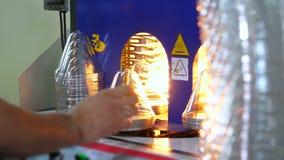 Παραγωγή, η διαδικασία της προετοιμασίας των πλαστικών κενών, η θέρμανση των κενών σε μια ειδική μηχανή, συσκευές απόθεμα βίντεο