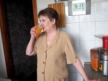Παραγωγή και δοκιμή του φρέσκου χυμού στοκ εικόνες