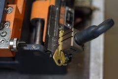 Παραγωγή μηχανών του διπλού κλειδιού μετάλλων στοκ φωτογραφία