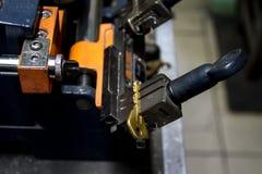 Παραγωγή μηχανών του διπλού κλειδιού μετάλλων στοκ φωτογραφίες
