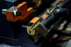 Παραγωγή μηχανών του διπλού κλειδιού μετάλλων στοκ εικόνες