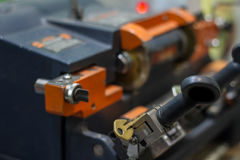 Παραγωγή μηχανών του διπλού κλειδιού μετάλλων στοκ φωτογραφίες με δικαίωμα ελεύθερης χρήσης