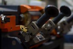 Παραγωγή μηχανών του διπλού κλειδιού μετάλλων στοκ φωτογραφία με δικαίωμα ελεύθερης χρήσης
