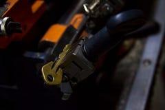 Παραγωγή μηχανών του διπλού κλειδιού μετάλλων στοκ εικόνες με δικαίωμα ελεύθερης χρήσης