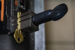 Παραγωγή μηχανών του διπλού κλειδιού μετάλλων στοκ εικόνα με δικαίωμα ελεύθερης χρήσης