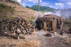Παραγωγή ξυλάνθρακα στη Σερβία Στοκ εικόνα με δικαίωμα ελεύθερης χρήσης