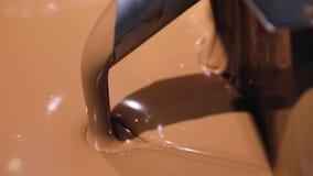 Παραγωγή σοκολάτας στο εργοστάσιο Λειωμένη κινηματογράφηση σε πρώτο πλάνο σοκολάτας απόθεμα βίντεο