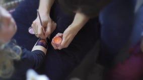 Παραγωγή της προσωρινής δερματοστιξίας κόλλας και χρωμάτων σε ετοιμότητα μικρών κοριτσιών Κορυφή κινήσεων αναρτήρων απόθεμα βίντεο