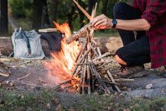 Παραγωγή της πυράς προσκόπων σε ένα δάσος που πηγαίνει στην άγρια έννοια: campin στοκ εικόνες