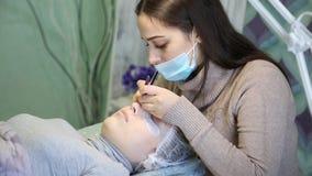 Παραγωγή της συγκέντρωσης των νέων eyelashes μπροστά από το κορίτσι φιλμ μικρού μήκους