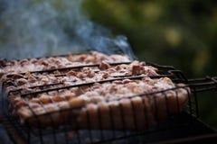 Παραγωγή της σχάρας στη σχάρα Σαββατοκύριακο cookout Μαγειρεύοντας έξω, πικ-νίκ Στοκ φωτογραφία με δικαίωμα ελεύθερης χρήσης