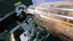 Παραγωγή της ταπετσαρίας Άξονας για την τυπωμένη ύλη εκτύπωσης στην ταπετσαρία Διαδικασία παραγωγής ταπετσαριών απόθεμα βίντεο