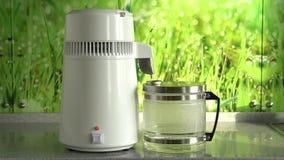 Παραγωγή του καθαρού νερού ή του οινοπνεύματος Επιτραπέζιο σπίτι ή χημικός εργαστηριακός ποτοποιός για την παραγωγή του καθαρού ν φιλμ μικρού μήκους