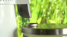 Παραγωγή του καθαρού νερού ή του οινοπνεύματος Επιτραπέζιο σπίτι ή χημικός εργαστηριακός ποτοποιός για την παραγωγή του καθαρού ν απόθεμα βίντεο