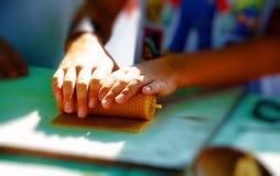 Παραγωγή του κεριού από το πιάτο κεριών μελισσών μελιού στην αγορά Στοκ φωτογραφίες με δικαίωμα ελεύθερης χρήσης