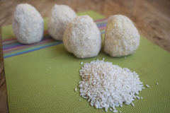 Παραγωγή του σισιλιάνου arancini πρίν τηγανίζεται Στοκ φωτογραφία με δικαίωμα ελεύθερης χρήσης