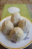 Παραγωγή του σισιλιάνου arancini πρίν τηγανίζεται Στοκ Εικόνες