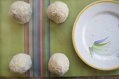 Παραγωγή του σισιλιάνου arancini πρίν τηγανίζεται Στοκ Φωτογραφία