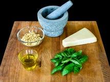Παραγωγή του σπιτικού pesto Genovese με όλα τα συστατικά Στοκ φωτογραφίες με δικαίωμα ελεύθερης χρήσης