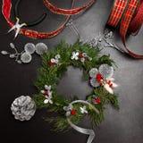 Παραγωγή του στεφανιού Χριστουγέννων Στοκ φωτογραφίες με δικαίωμα ελεύθερης χρήσης